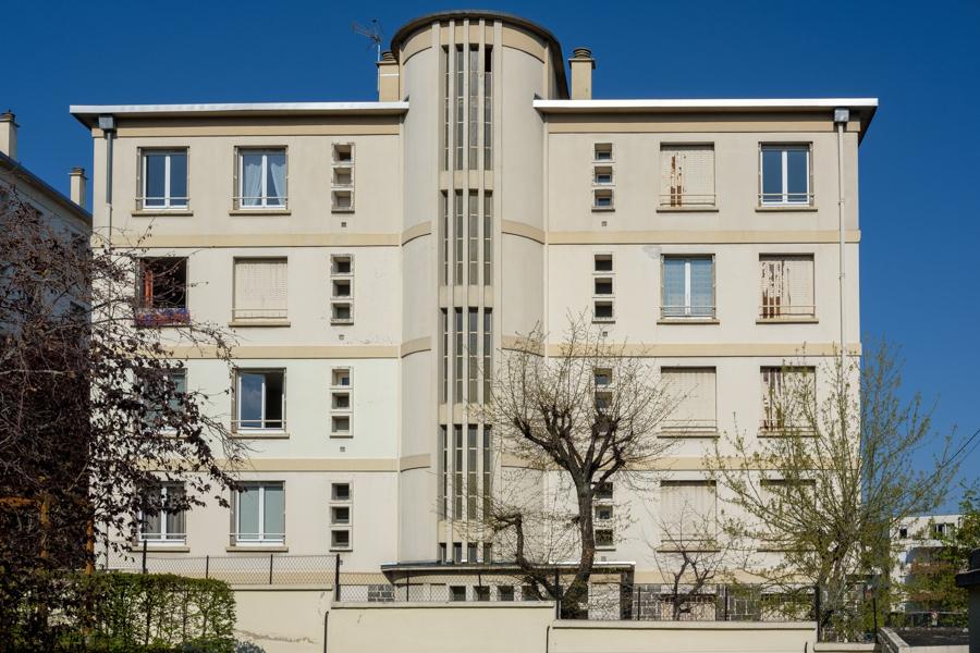 Un immeuble ancien original, caché mais imposant. Aux normes anti évasion ? A Clermont-Ferrand en France en 2020 - Covid-19