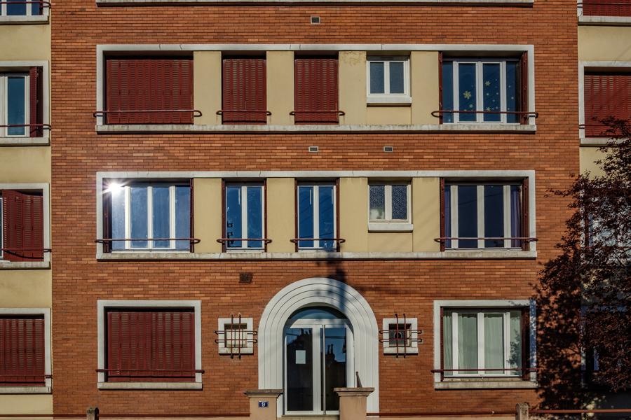 Elle claque bien cette façade, toujours personne. Y font rien qu'à dormir. A Clermont-Ferrand en France en 2020. Covid-19