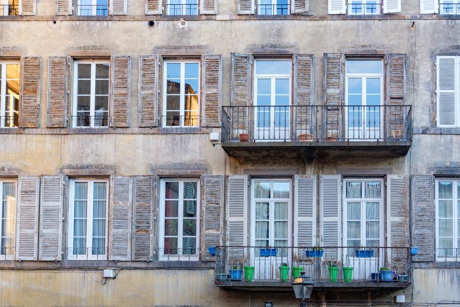 Façade immeuble du centre vile ou presque, à Clermont-Ferrand en France en 2020. Covid-19