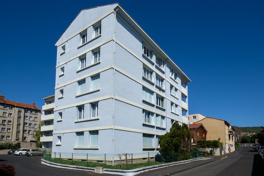 Du bleu ou du blues à l'âme. Ou comment tenter de rendre attrayant un immeuble classique ? A Clermont-Ferrand en France en 2020. Covid-19