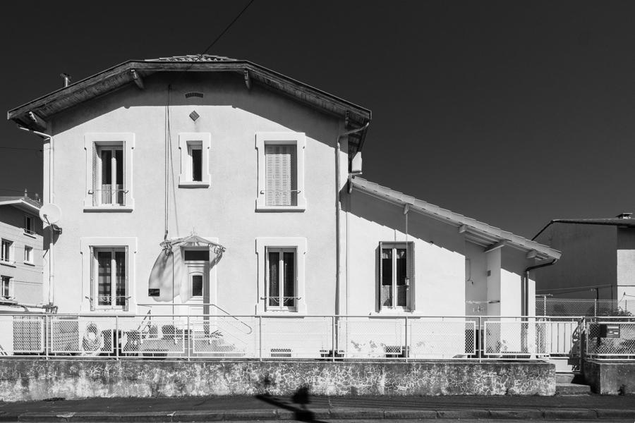 La violence de la lumière sur des surfaces claires, encore une maison qui a du look, à voir aussi dans sa largeur... A Clermont-Ferrand en France en 2020. Covid-19
