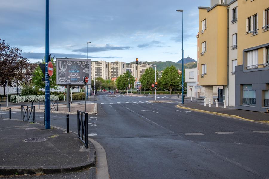 Rues désertes ce 18 avril 2020 à 7h 36 minutes à Clermont-Ferrand en France. Covid-19