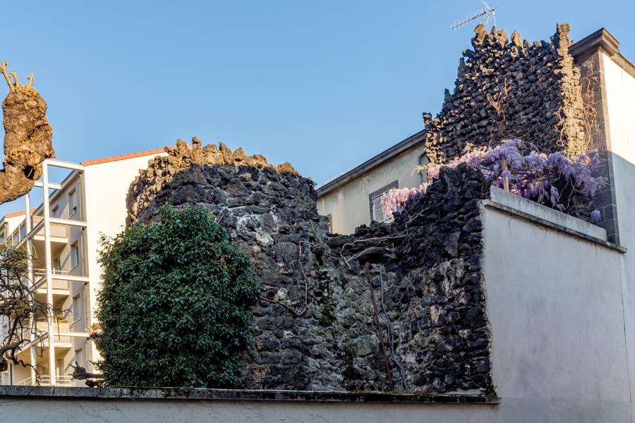 Un vieux mur, des murs, je m'emmure et je me murge, emmurés tous dehors révoltez vous. A Clermont-Ferrand en France en 2020. Covid-19