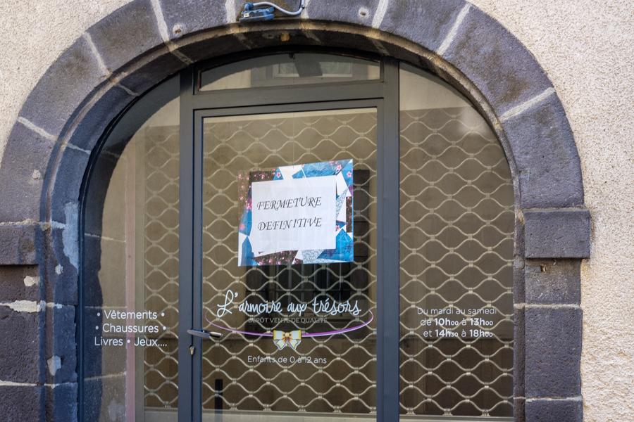 magasins fermés, vitrines en berne, chapeau Président, beau boulot. Covid-19 - France 2020