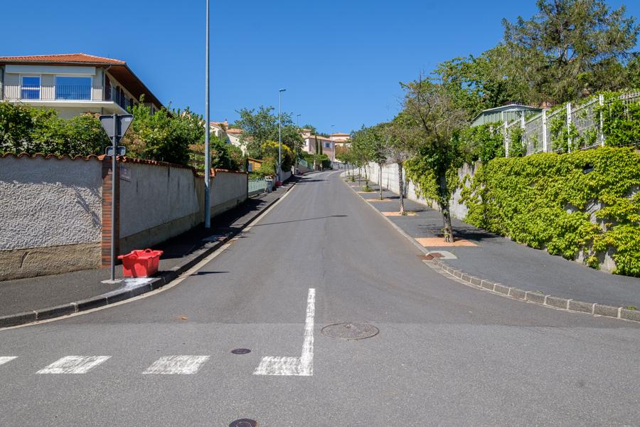 Toujours au milieu d'un carrefour sur le boulevard panoramique, quelle direction prendre ? Pas un chat ni chien ni humain à l'horizon. A Clermont-Ferrand en France en 2020. Covid-19