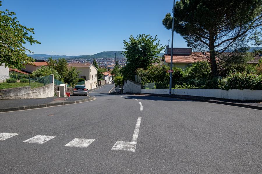 J'en suis enfin parti du milieu d'un carrefour sur le boulevard panoramique, quelle direction prendre ? Pas un chat ni chien ni humain à l'horizon. A Clermont-Ferrand en France en 2020. Covid-19