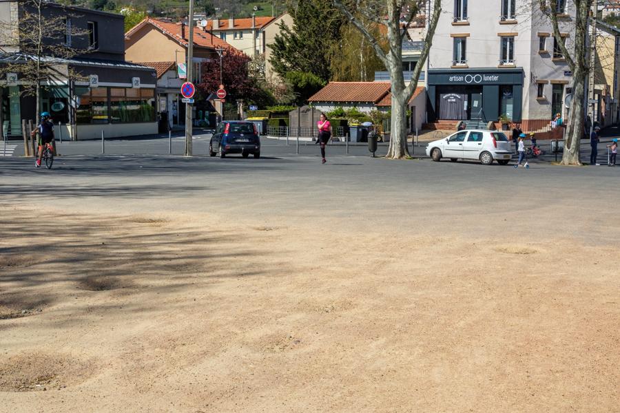 Exercices en sortie autorisée place de la Glacière, le silence. A Clermont-Ferrand en France en 2020. Covid-19