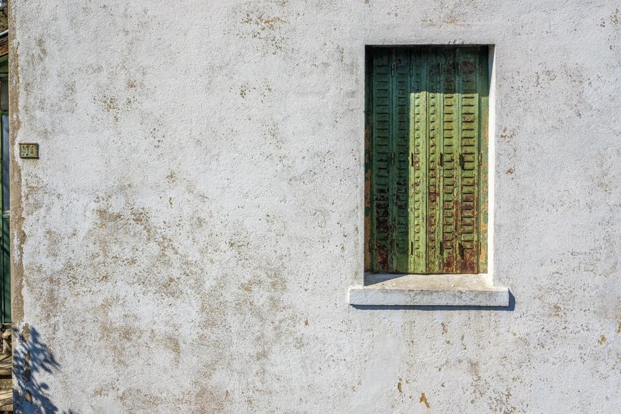 La fenêtre du gardien de l'abri anti virus, à Clermont-Ferrand en France en 2020 - Covid-19