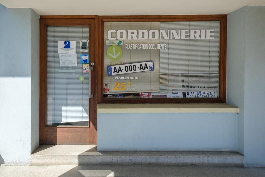 Comment faire pour marcher ? Souliers et semelles, plaques et clés, j'y retournerais. A Clermont-Ferrand en France en 2020. Covid-19