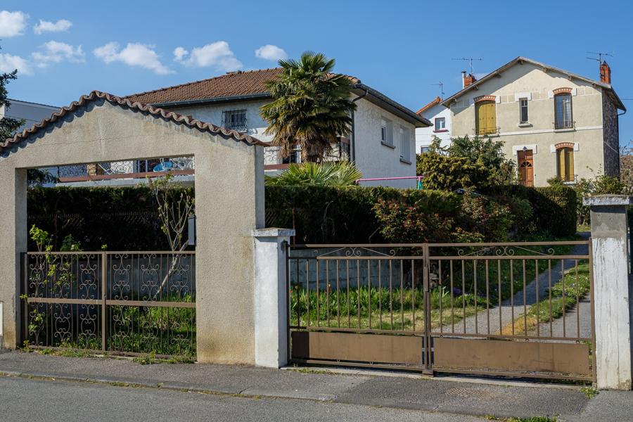 Double portail, pour sortir plus vite, à la Harry Potter... A Clermont-Ferrand en France en 2020 - Covid-19