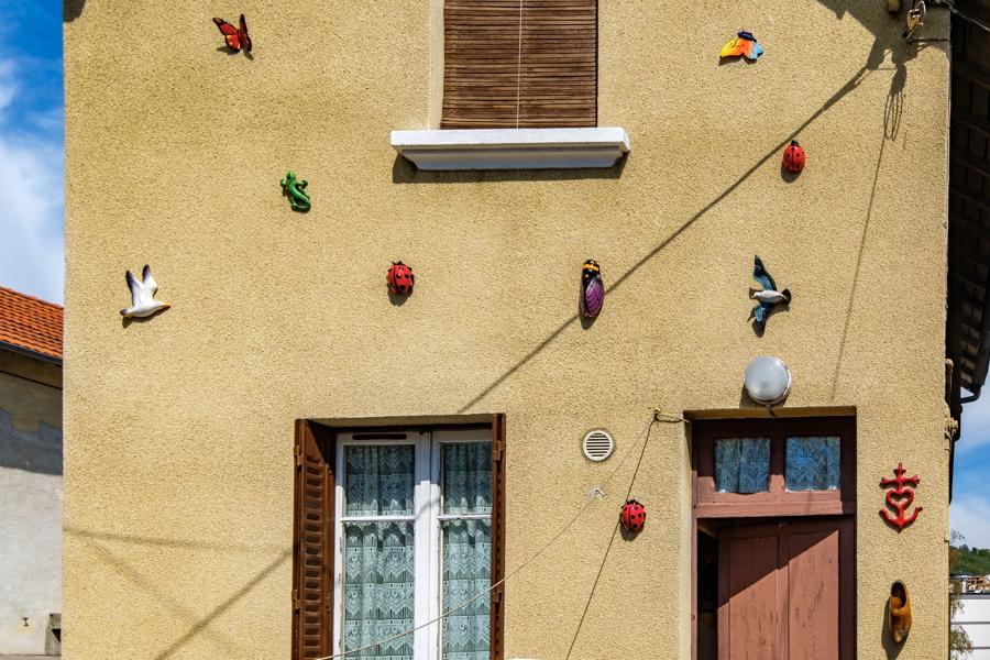 Décoration un peu kitsch mais sympa, bon ensuite la porte est ouverte il suffit d'entrer pour discuter. A Clermont-Ferrand en France en 2020. Covid-19
