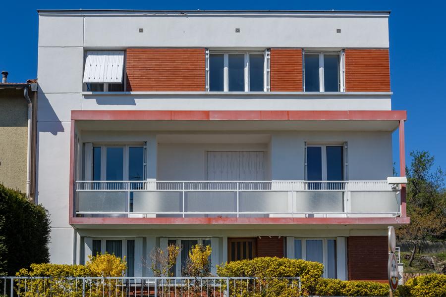 A 14h 11 minutes et 30 secondes ce 3 avril 2020, pas un chat au balcon, où sont passés les habitants ? A Clermont-Ferrand en France - Covid-19