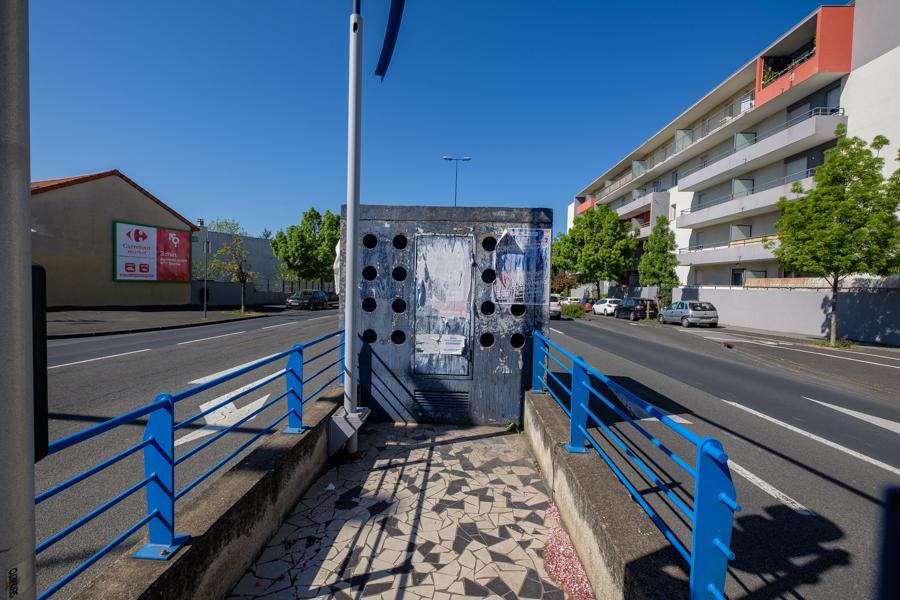 Circulation calme ce 15 avril 2020 à 11h30 sur le boulevard Maurice Pourchon à Clermont-Ferrand en France. Covid-19