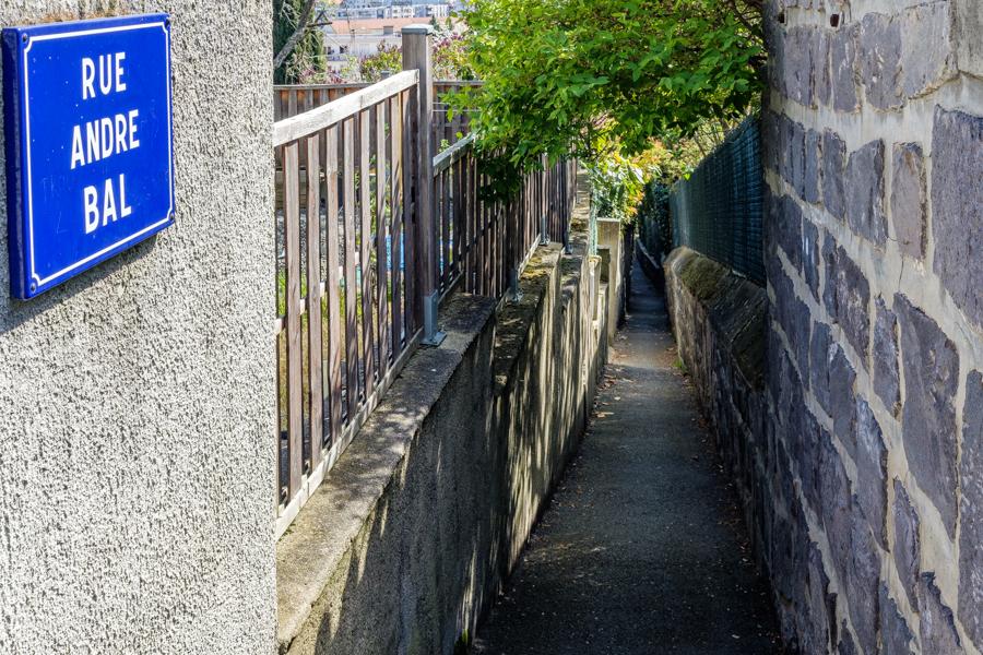 Encore une rue en forme de sentier, assez original. A Clermont-Ferrand en France en 2020. Covid-19