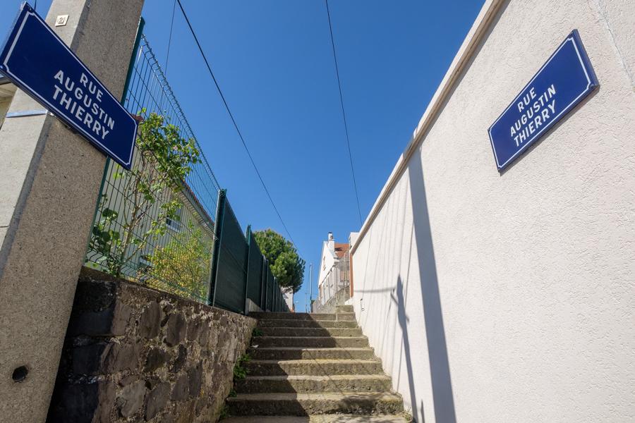 """La symétrie quasi parfaite de Augustin Thierry, nom donné à une rue en escalier à Clermont-Ferrand. """"En même temps"""" pour un historien, une montée des marches est en quelque sorte une reconnaissance. France 2020. Covid-19"""