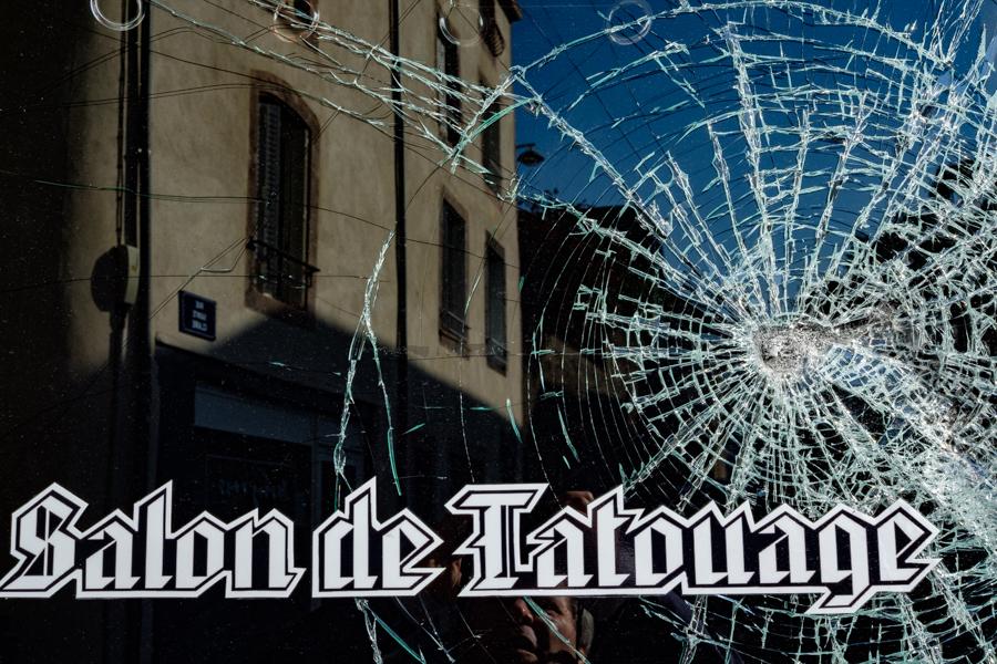 Impact dans une vitre, tatouage violent - Clermont-Ferrand - France - Covid-19