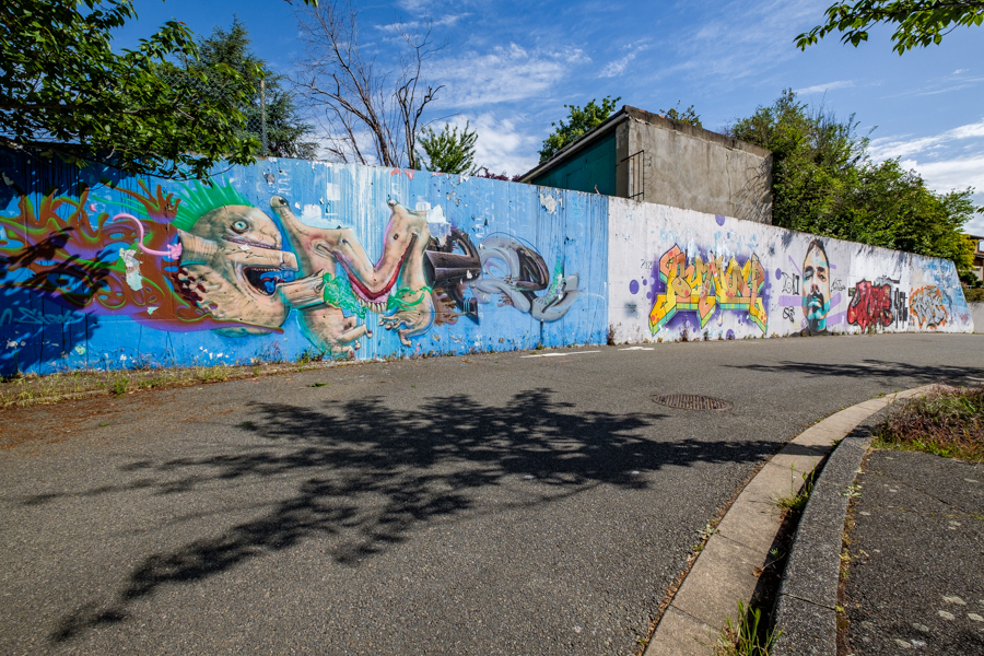 La grande peinture murale de la rue Jacques Brel. A Clermont-Ferrand en France en 2020. Covid-19