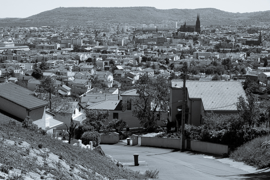 Au pied des volcans de la Chaîne des puys, cette photo fait penser à une pluie de cendres, population décimée, Pompéi du 21 éme siècle ? A Clermont-Ferrand en France en 2020. Covid-19