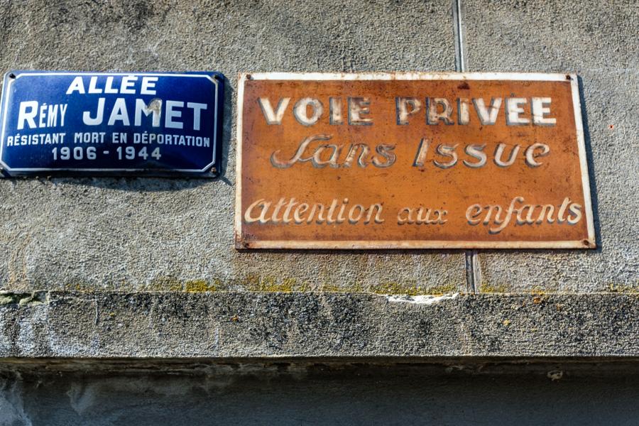 Pourrait on envisager qu'il existe une voie privée des lobbys sans issue pour les détracteurs ? A Clermont-Ferrand en France en 2020. Covid-19