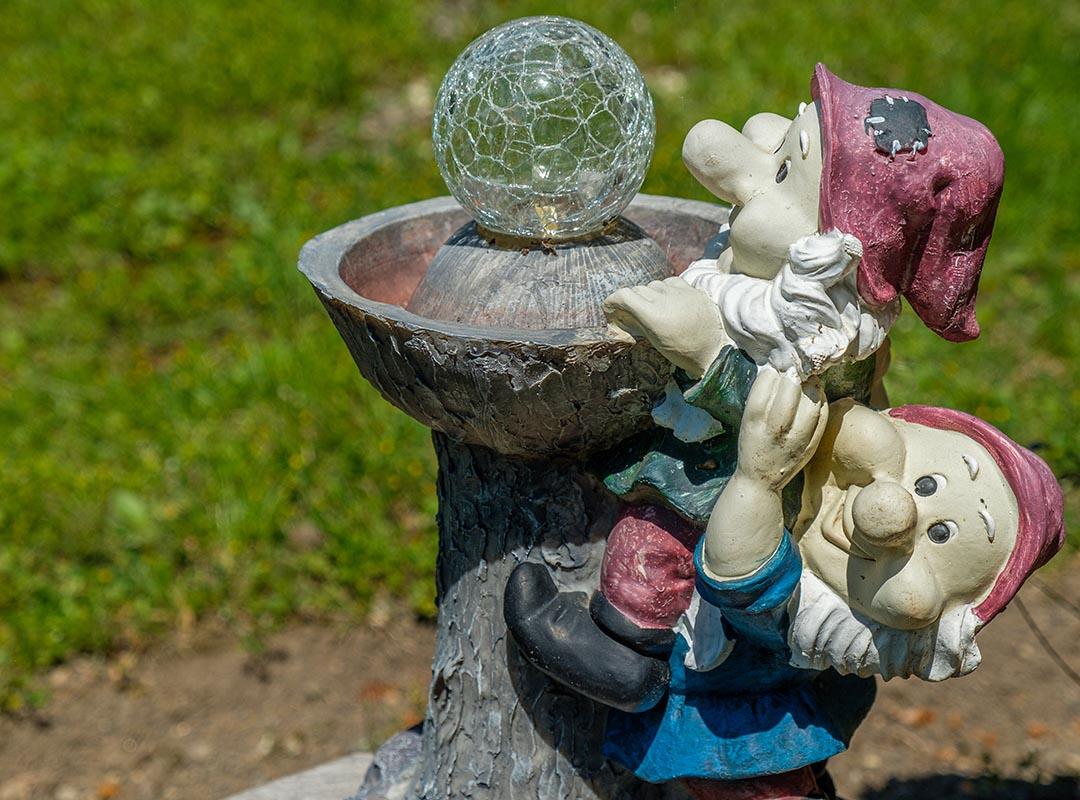 nains de jardin et boule de cristal
